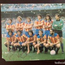 Coleccionismo deportivo: POSTAL VALENCIA CF FIRMADA POR KEMPES/ AÑOS 79/80. Lote 280995968