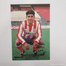 Coleccionismo deportivo: POSTAL DONATO ATLÉTICO DE MADRID CON TRASERA DE MOTIVOS RELIGIOSOS. RARA. FIRMADA DE SERIE. Lote 281796023