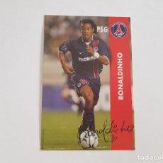 Collezionismo sportivo: POSTAL OFICIAL FIRMADA RONALDINHO (PSG PARIS SAINT GERMAIN) EX FC BARCELONA (CON AUTÓGRAFO IMPRESO). Lote 287717303
