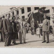 Coleccionismo deportivo: SIMPATIZANTES DEL FC BARCELONA JUNTO AL SANTIAGO BERNABEU. FINAL DE COPA DE 1953. Lote 288095753