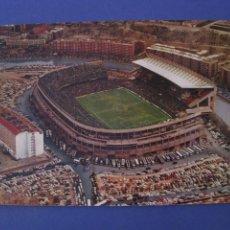 Coleccionismo deportivo: POSTAL DEL ESTADIO VICENTE CALDERON. MADRID. ED. J. L . GALLEGOS. ESCRITA 1975. ARRUGADA.. Lote 295452988