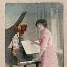 Postales: BONITA POSTAL DE MUJER TOCANDO PIANO. Lote 6866649