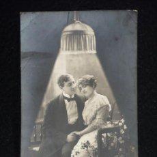 Postales: PAREJA A LA LUZ DE LAMPARA. 1914 CIRCULADA. BELLA CALIGRAFIA.. Lote 13857476