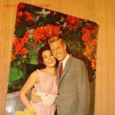 Postales: POSTAL ROMÁNTICA DE PAREJA EN JARDÍN. AÑO 65. . Lote 1287935