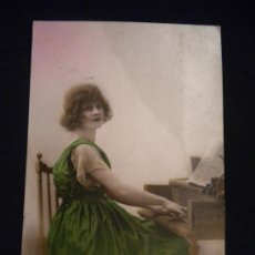 Postales: POSTAL COLOREADA MUJER TOCANDO EL PIANO. Lote 29946629