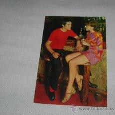 Postales: POSTAL DE PAREJA AÑOS 60,CON MINIFALDA. Lote 30439134