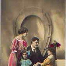 Postales: FAMILIA FELIZ POSANDO CON FLORES. POSTAL PINTADA.. Lote 32122041