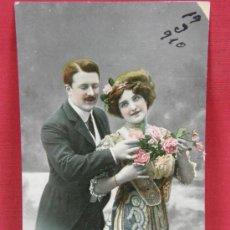 Postales: FOTO TARJETA COLOREADA PAREJA ENAMORADOS ESCRITA Y FECHADA 1910. Lote 32071608