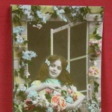 Postales: FOTO TARJETA POSTAL NIÑA EN VENTANA CON FLORES COLOREADA ED. PARIS 280 ESCRITA 1910. Lote 32114877