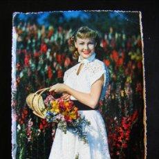 Postales: POSTAL MUJER SEÑORITA CON FLORES CECAMI, Nº 210. PRINTED IN ITALY. AÑO 1955.. Lote 32119731