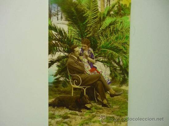 POSTAL ANTIGUA PAREJA EN JARDIN CON PERRO (Postales - Postales Temáticas - Galantes y Mujeres)