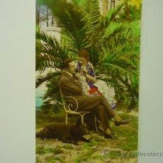 Postales: POSTAL ANTIGUA PAREJA EN JARDIN CON PERRO. Lote 32872216