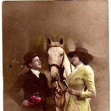 Postales: POSTAL FOTOGRÁFICA COLOREADA, PAREJA ROMANTICA CON CABALLO. CIRCULADA.. Lote 32998115