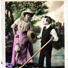 Postales: POSTAL FOTOGRÁFICA COLOREADA, PAREJA ROMANTICA .CIRCULADA.. Lote 32998168