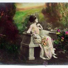 Postales: POSTAL ROMÁNTICA DAMA SENTADA JARDÍN FLORES ED WICO 10042/2 PP S XX ESCRITA 1922. Lote 33061143