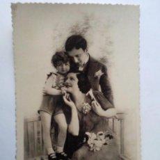 Postales: POSTAL ROMANTICA, FAMILIA FELIZ, AÑOS 50, ESCRITA. Lote 33261291