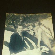 Postales: ANTIGUA POSTAL ROMANTICA PAREJA Y PERRO ESCRITA ALCOY ALICANTE 1927. Lote 34953404