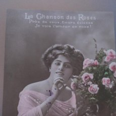 Postales: ANTIGUA POSTAL ROMANTICA LA CHANSON DES ROSES JOVEN CON MANDOLINA MERVILLE FRANCE. Lote 35008906