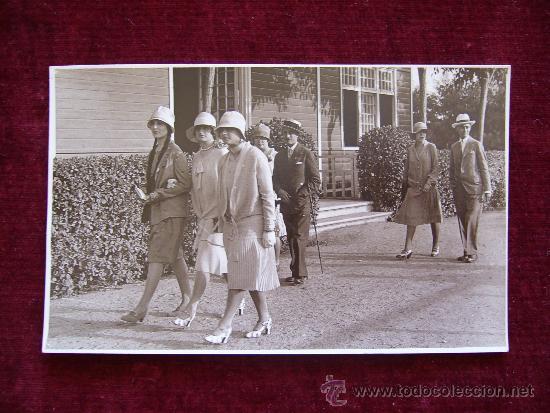 POSTAL BARCELONA. AÑO 1927. HOMBRES Y MUJERES PASEANDO. (Postales - Postales Temáticas - Galantes y Mujeres)