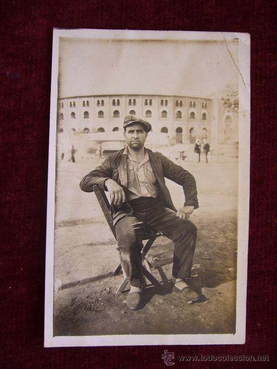 POSTAL HOMBRE POSANDO EN LA PLAZA DE TOROS MONUMENTAL DE BARCELONA. (Postales - Postales Temáticas - Galantes y Mujeres)