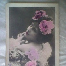 Postales: 1901 Ó 1902 CIRCULADA DAMA CON FLORES COLOREADA SELLO 10 CTS ALFONSO XIII BONITA. Lote 39220686