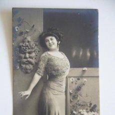 Postales: POSTAL ROMÁNTICA. MUJER POSANDO. CIRCULADA EN 1909.. Lote 42056979