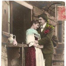 Postales: PAREJA DE ENAMORADOS - POSTAL COLOREADA - CIRCULADA DE GRANADA A MADRID AÑO 1904. Lote 43155545
