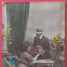 Postales: POSTAL COLOREADA DE UNA PAREJA CON FLORES. ESCRITA. 1908.. Lote 43771520