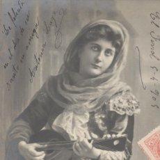 Postales: SEÑORITA BLANDIENDO UNA MANDOLINA. POSTAL ÉPOCA, BLANCO Y NEGRO, CIRCULADA EN 1905. Lote 45128931