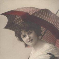 Postales: DAMITA CON SOMBRILLA. POSTAL COLOREADA DE ÉPOCA. CIRCULADA EN 1913. Lote 45141317