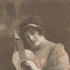 Postales: SEÑORITA CON GUITARRA. POSTAL COLOREADA DE ÉPOCA, CIRCULADA EN 1915.. Lote 45177937