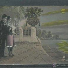 Postales: POSTAL DE PAREJA POSANDO CON FLORES ESCRITA AÑOS 20 - 30. Lote 45717255