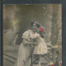 Postales: POSTAL DE DAMA CON UNA NIÑA POSANDO CON FLORES ESCRITA DE 1910 - 20. Lote 45717800
