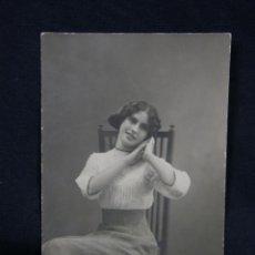 Postales: FOTO POSTAL JOVEN SENTADA SEGUNDO GARCÍA FOTÓGRAFO ANTº DEPENDIENTE DE COMPAÑY MADRID 1911 DIVIDIDA . Lote 48915396