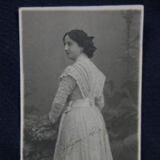 Postales: MUJER TRES CUARTOS ESPALDA VESTIDO ENCAJE GIJÓN 1907 SELLO FOTOGRAFO RICARDO DEL RIO ASTURIAS . Lote 48918944