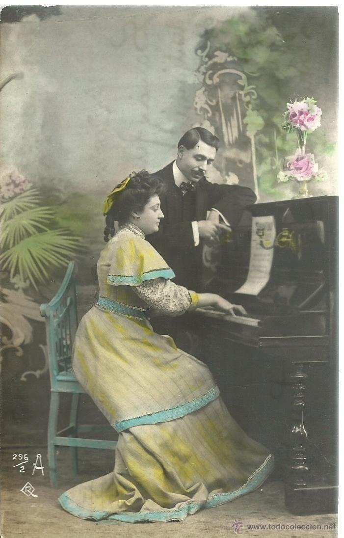 POSTAL FOTOGRAFICA ANTIGUA DE PAREJA TOCANDO EL PIANO - ESCRITA EL 13 - 6 - 1900 (Postales - Postales Temáticas - Galantes y Mujeres)