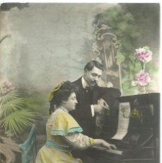 Postales: POSTAL FOTOGRAFICA ANTIGUA DE PAREJA TOCANDO EL PIANO - ESCRITA EL 13 - 6 - 1900. Lote 49561439