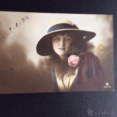Postales: ELEGANTE JOVEN CON SOMBRERO Y ROSA COLOREADA. FECHA EN EL ANVERSO 1914. Lote 49648521