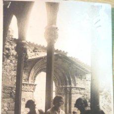 Postales: ANTIGUA POSTAL CHICAS EN CLAUSTRO ROMANICO , IGLESIA PORTALADA . DESCONOZCO UBICACION. Lote 50277685