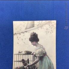 Postales: JOVEN DE ÉPOCA 1911.POSTAL COLOREADA FRANCESA. HEREUSES PÂQUES. MANUSCRITA.. Lote 51189605