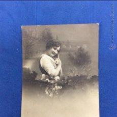 Postales: JOVEN CON FLORES. DEPOSÉ ZF. MANUSCRITA SIN FECHAR.. ANTERIOR A 1920. Lote 51189804