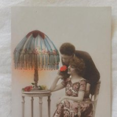 Postales: ANTIGUA TARJETA POSTAL COLOREADA PAREJA NOVIOS 1923. Lote 52810969
