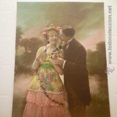 Postales: POSTAL PAREJA COLOREADA, DECORACION BLANCA RELIEVE. ESCRITA 1918.. Lote 54185687