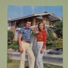 Postales: PRECIOSA POSTAL DE LOS AÑOS 70 CON DETALLES ENGALARDONADOS EN PURPURINA , MODELOS COLECCIONABLES. Lote 54567491