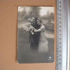 Postales: POSTAL PAREJA DE ENAMORADO BLANCO Y NEGRO AÑOS 1933. Lote 61517003
