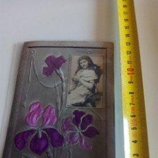 Postales: TARJETA POSTAL CON FLORES LILAS Y FOTO DE NIÑA. Lote 63142688
