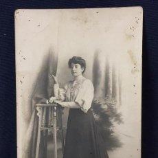 Postales: MUJER POSANDO RECOGIDO CORTINAS FOTO POSTAL CELEDONIO LOPEZ 1907. Lote 67946745