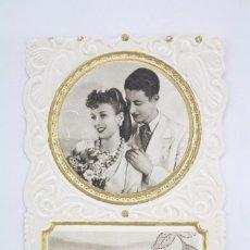 Postales: ANTIGUA POSTAL TROQUELADA EN RELIEVE - ROMÁNTICA - FELICIDADES / PAREJA - SIN CIRCULAR. Lote 71881935