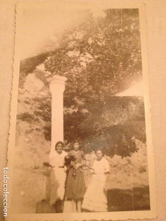 Postales: 4 POSTALES CON FOTOGRAFÍAS AÑOS 50...JÓVENES Y ANCIANA Y FAMILIA - Foto 2 - 77421825