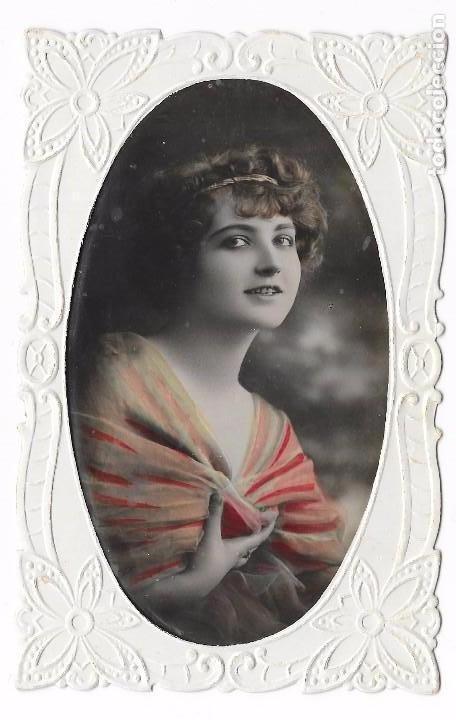 POSTAL DE FELICITACIÓN MUJER ROMÁNTICA TROQUELADA. 1920 COLOREADA (Postales - Postales Temáticas - Galantes y Mujeres)